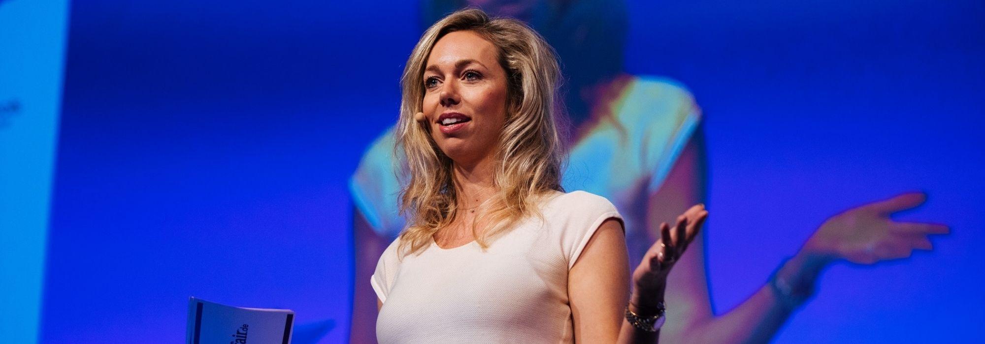 Speakerin von Wayfair auf der Bühne