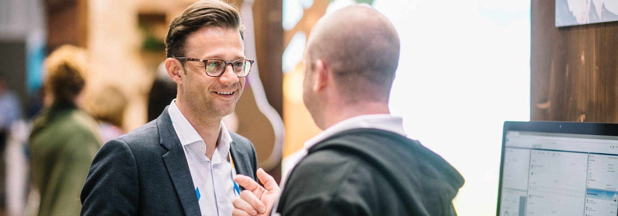 Partnerschaften - Zwei Männer im intensiven Gespräch