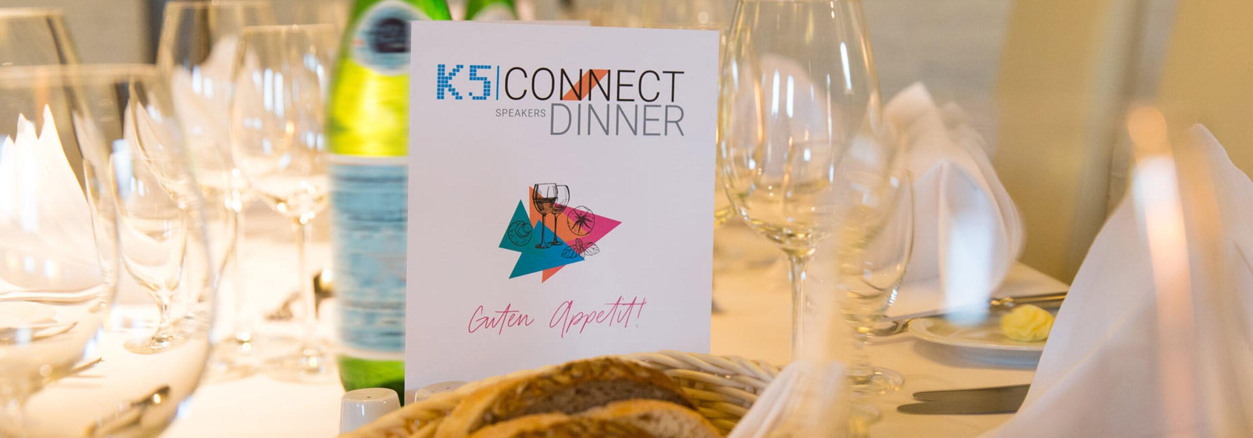 Tisch mit Speisekarte und Geschirr vom Connect Dinner
