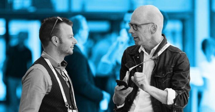 Gespräch zwischen Aussteller und Teilnehmer