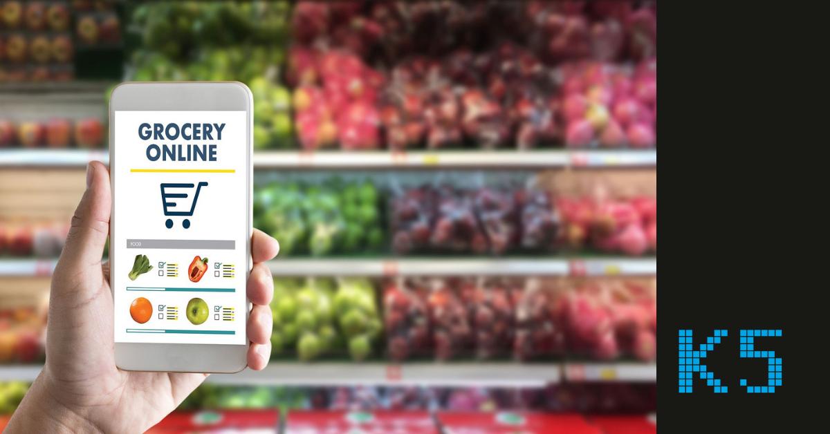 Beitragsbild für den Blogartikel Online first vs. Offline first. Zu sehen ist ein Supermarktregal. Im Vordergrund ist ein Smartphone auf dem ebenfalls grafisch ein Supermarkt abgebildet ist. Rechts unten ist das K5 Logo zu sehen.