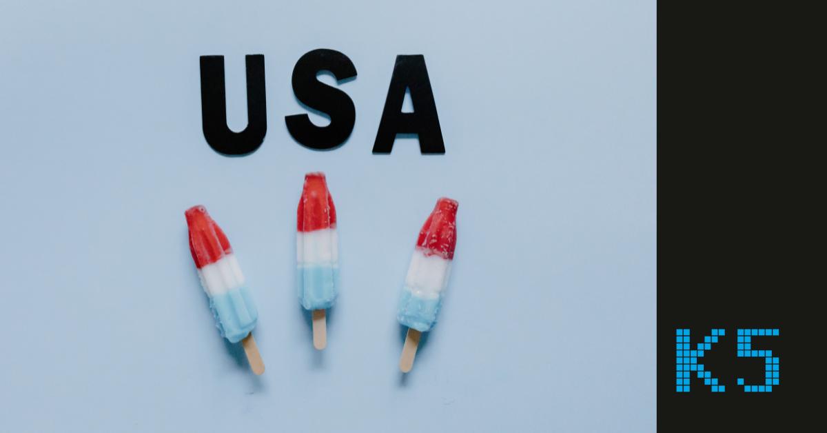 Beitragsbild für den Blogartikel US-Markt. Zu sehen sind drei Eis am Stiel in den Farben der amerikanischen Flagge. Darüber steht USA. Rechts unten ist das K5 Logo zu sehen.